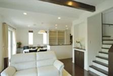 ホワイトとブラウンを基調とした広々リビングルーム。